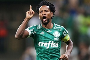 Zé Roberto, a symbol of longevity in football.